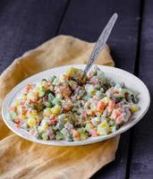 salade olivier une table de fête, nouvel an photo