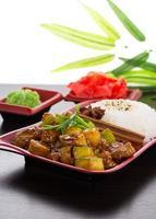cuisine japonaise. riz aux courgettes dans une sauce au miel.