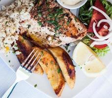saumon grillé et légumes photo