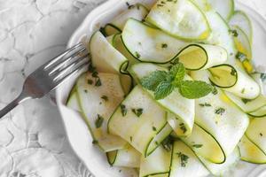 passer au vert, salade de courgettes aux courgettes avec vinaigrette au citron et à la menthe, sele