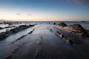 vagues et rochers soyeux photo