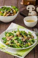 salade fraîche aux légumes et fromage bleu photo