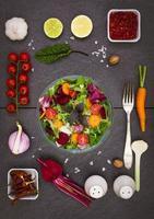 salade mélangée avec des ingrédients de salade