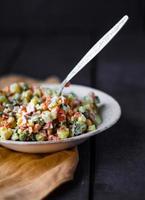 salade d'olivier avec mayonnaise, nouvel an photo