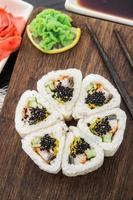 fleur faite de rouleau de sushi.