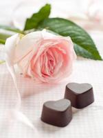 rose rose avec des bonbons au chocolat photo