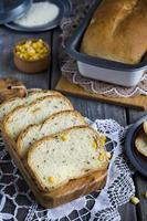 tranches de pain de maïs photo