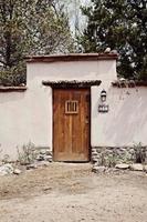 vieille porte d'entrée dans la maison d'adobe photo