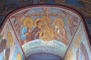 fresque autour de la fenêtre de l'église photo