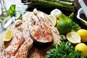 saumon et épices sur table en bois. vue de dessus photo