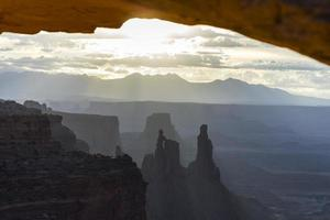 vue sur le parc national de canyonlands, mesa arch photo