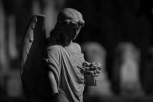 statue d'ange au cimetière