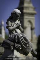 statue de jeune fille en prière