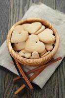 Cookies coeur pour la Saint Valentin dans un bol d'olive sur table photo