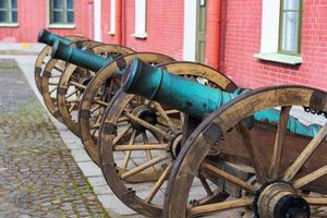 vieux canon dans la forteresse de peter et paul photo