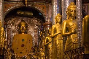 statues de Bouddha dans le monastère de Shwe Dagon photo