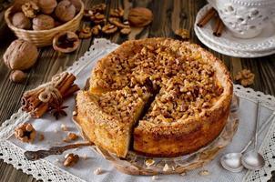 morceau de tarte aux pommes avec noix et glaçage au sucre