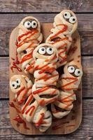 momies de boulettes de viande saucisses enveloppées dans de la pâte et cuites au four. Halloween effrayant photo