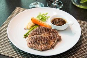 bifteck de surlonge, servi avec asperges, carotte grillée