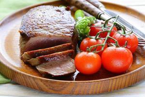 steak de boeuf grillé avec garniture de légumes (asperges et tomates)