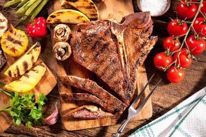 steaks de boeuf aux légumes grillés photo