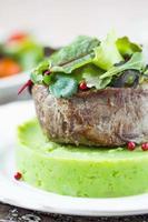 steak de boeuf grillé, purée de pommes de terre verte aux petits pois, herbes