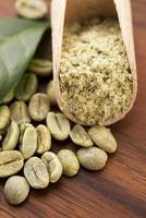 grains de café vert avec feuille photo