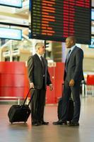 hommes d'affaires voyageant ensemble photo