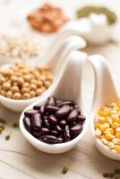 différents types de graines de haricots, lentilles, pois photo