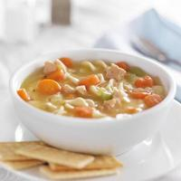 bol de soupe de nouilles au poulet sur nappe blanche