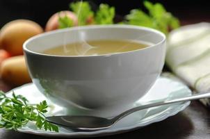 bouillon de légumes dans un bol blanc
