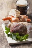 ingrédients crus d'un plat de porc rôti photo
