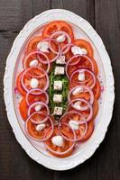 salade de tomates, feta, oignons et roquette