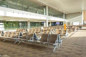 Intérieur de la salle d'attente de l'aéroport moderne photo