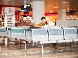 jeune homme à l'aéroport va en vacances photo