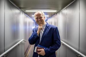 homme d'affaires quittant l'avion. photo