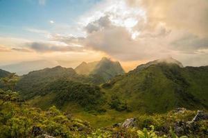 paysage de montagne lever du soleil photo