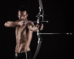 chasseur à l'arc avec un arc à poulies moderne photo