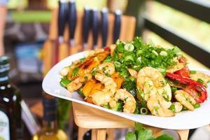 apéritif chaud avec des légumes et des crevettes photo