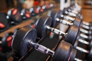 haltères dans la salle de gym photo