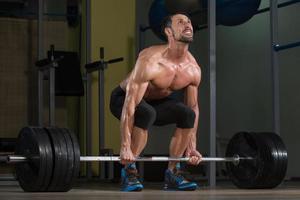 bodybuilder faisant soulevé de terre pour le dos photo
