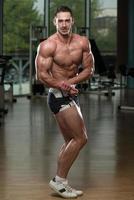 jeune bodybuilder flexion des muscles
