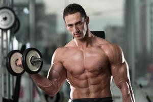 jeune homme, faire de l'exercice pour les biceps