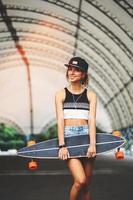 mode de vie mode, belle jeune femme avec longboard