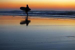 surfeur au coucher du soleil photo