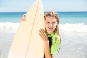 jolie blonde femme tenant une planche de surf photo
