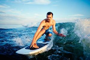 surfer sur les vagues photo