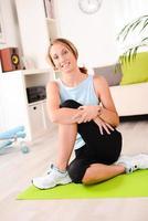 Jeune femme séduisante et en bonne santé, faire des exercices de fitness à domicile photo