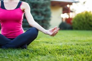 jeune femme méditer en plein air concept photo