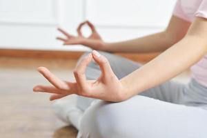gros plan bras yoga photo